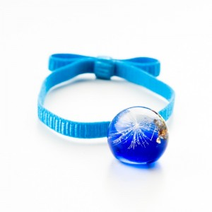 Niebieska bransoletka na gumce z kokardą. 1
