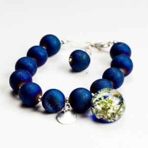 Bransoletka z koralików niebieskich agatów z zawieszką.