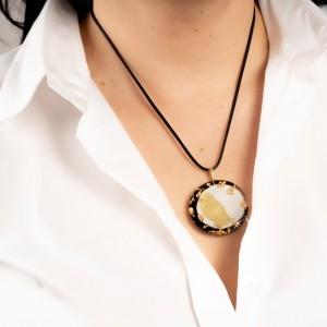 Naszyjnik z grafiką do białej koszuli.1