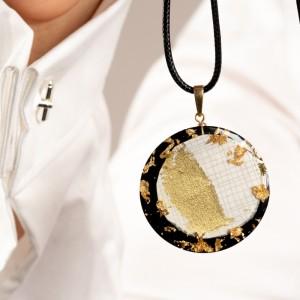 Naszyjnik z grafiką do białej koszuli.