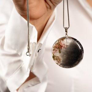 Srebrny naszyjnik z grafiką do białej koszuli. 1
