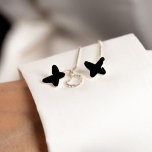 Minimalistyczne kolczyki do białej koszuli.