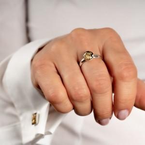 Pierścionek z oczkiem do białej koszuli.