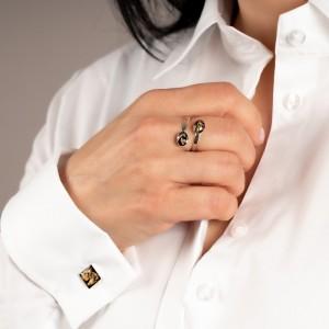 Srebrny pierścionek, owalne oczko z płatkami złota.