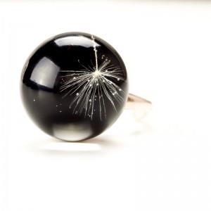 Srebrny pierścionek z czarnym oczkiem.