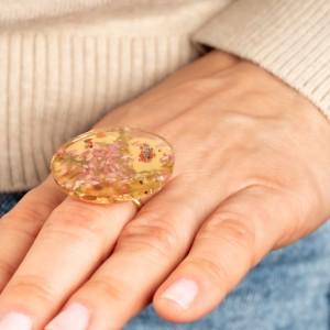 Stylizacje z jasnymi jeansami- pierścionek z kwiatami. 1