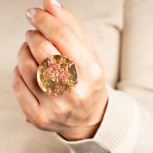 Stylizacje z jasnymi jeansami- pierścionek z kwiatami.