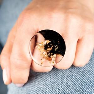 Jaki kolor pasuje do jeansu- czarno-miedziany pierścionek.