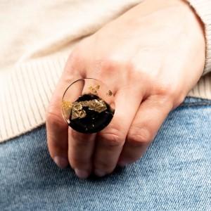 Jaka biżuteria do jeansu- pierścionek złocony.