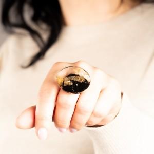 Jaka biżuteria do jeansu- pierścionek złocony. 1