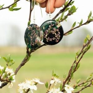 Zielone kolczyki, wiosna z kwiatami.