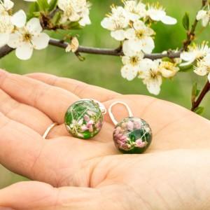 Kolczyki zielone z kwiatami, wiosenna biżuteria.