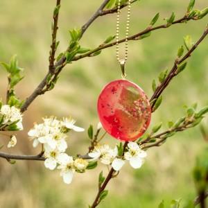 Wiosenna biżuteria-naszyjnik złoty z kwiatami.