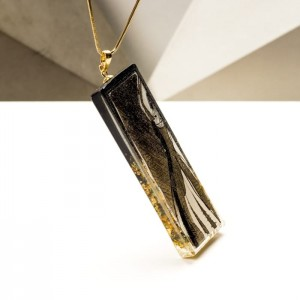 Pozłacany naszyjnik i biżuteria artystyczna z grafiką ręcznie malowaną.