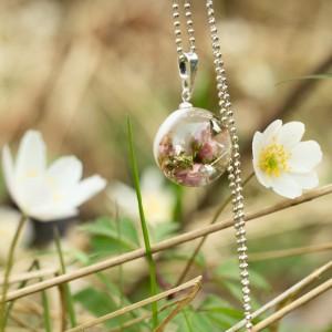 Naszyjnik z kwiatem na wiosnę.