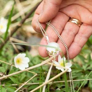 Naszyjnik z kwiatem na wiosnę.1