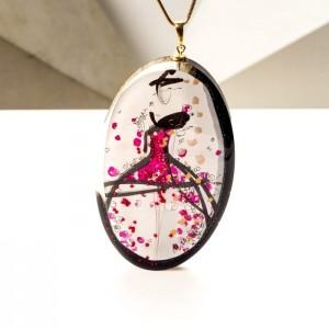Naszyjnik pozłacany z różową zawieszką malowaną ręcznie, biżuteria artystyczna.