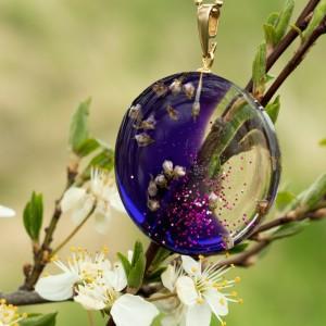 Naszyjnik z kwiatami na wiosnę.