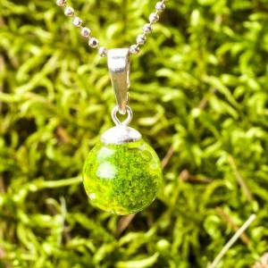 Naszyjnik z naturalnym zielonym mchem.