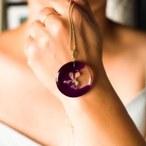 Fioletowy naszyjnik z kwiatem.1