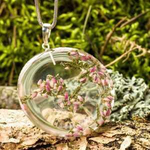 Kwiatowe motywy w biżuterii żywicznej.