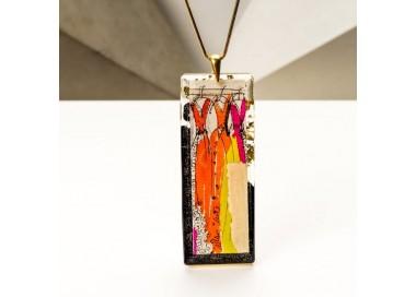 Biżuteria artystyczna, sukienka w pozłacanym naszyjniku, kolorowe sukienki.