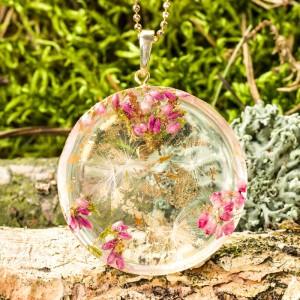Natura w naszyjniku z kwiatami.