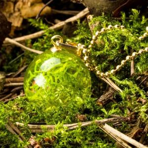 Naszyjnik delikatny z zielonym mchem.