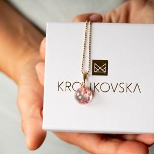 Kobieca biżuteria, naszyjnik z kwiatami.