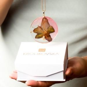 Szlachetność prostoty w naszyjniku z kwiatami.1