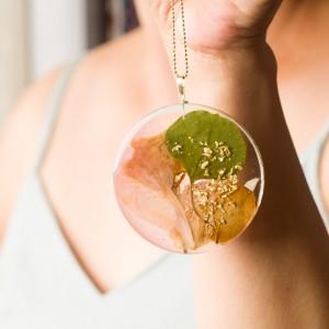 Współczesna forma biżuterii- naszyjnik z kwiatami.