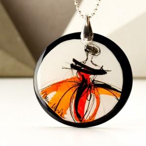 Nowoczesna biżuteria, naszyjnik z pomarańczową grafiką.