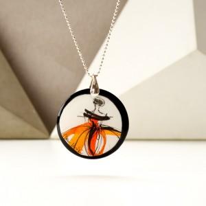 Nowoczesna biżuteria, naszyjnik z pomarańczową grafiką.1