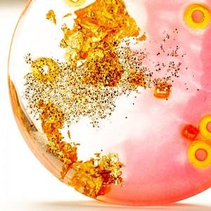 Złoto- różowy naszyjnik.