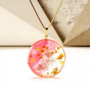 Elegancki różowy naszyjnik.