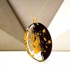 Współczesny złoty naszyjnik.