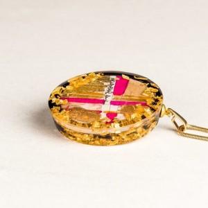 Różowy naszyjnik pozłacany, biżuteria artystyczna z grafiką. 1