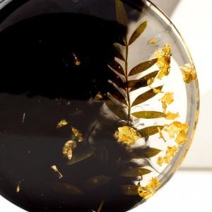Artystyczny naszyjnik z rośliną.1