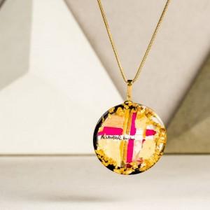 Różowy naszyjnik pozłacany, biżuteria artystyczna z grafiką.