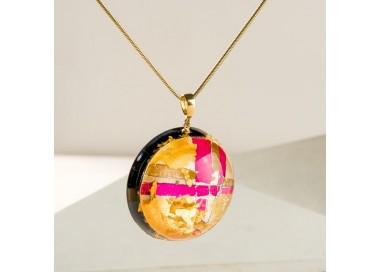 Różowa zawieszka z płatkami złota, biżuteria artystyczna stworzona przez polskich projektantów 1