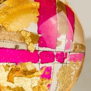 Różowa zawieszka z płatkami złota, biżuteria artystyczna stworzona przez polskich projektantów 2