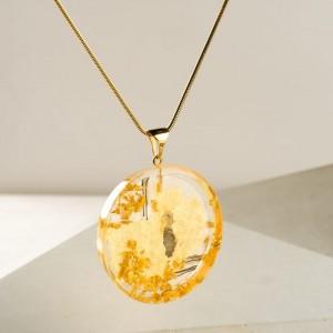 Naszyjnik ze złotą okrągłą zawieszką na złotym łańcuszku do czarnej sukienki – biżuteria artystyczna, ręcznie tworzona 4