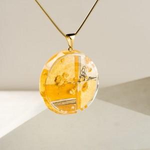 Naszyjnik ze złotą okrągłą zawieszką na złotym łańcuszku do czarnej sukienki – biżuteria artystyczna, ręcznie tworzona 2