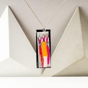 Naszyjnik artystyczny ręcznie malowany na srebrnym łańcuszku z dużą prostokątną zawieszką – biżuteria na 40 urodziny  1