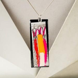 Naszyjnik artystyczny ręcznie malowany na srebrnym łańcuszku z dużą prostokątną zawieszką – biżuteria na 40 urodziny