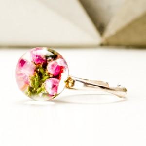 Regulowany pierścionek z kwiatami.