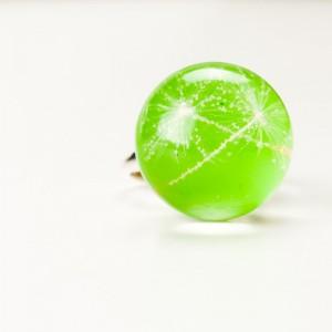 Pierścionek z zielonym oczkiem i dmuchawcem.