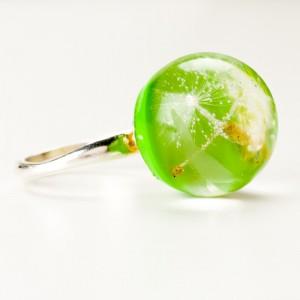 Pierścionek z zielonym oczkiem i dmuchawcem.2