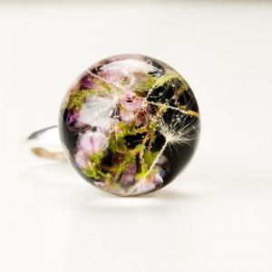 Srebrny pierścionek z kwiatowym oczkiem.