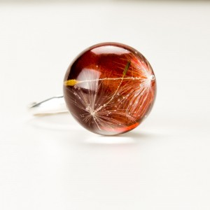 Srebrny pierścionek z brązowym oczkiem.